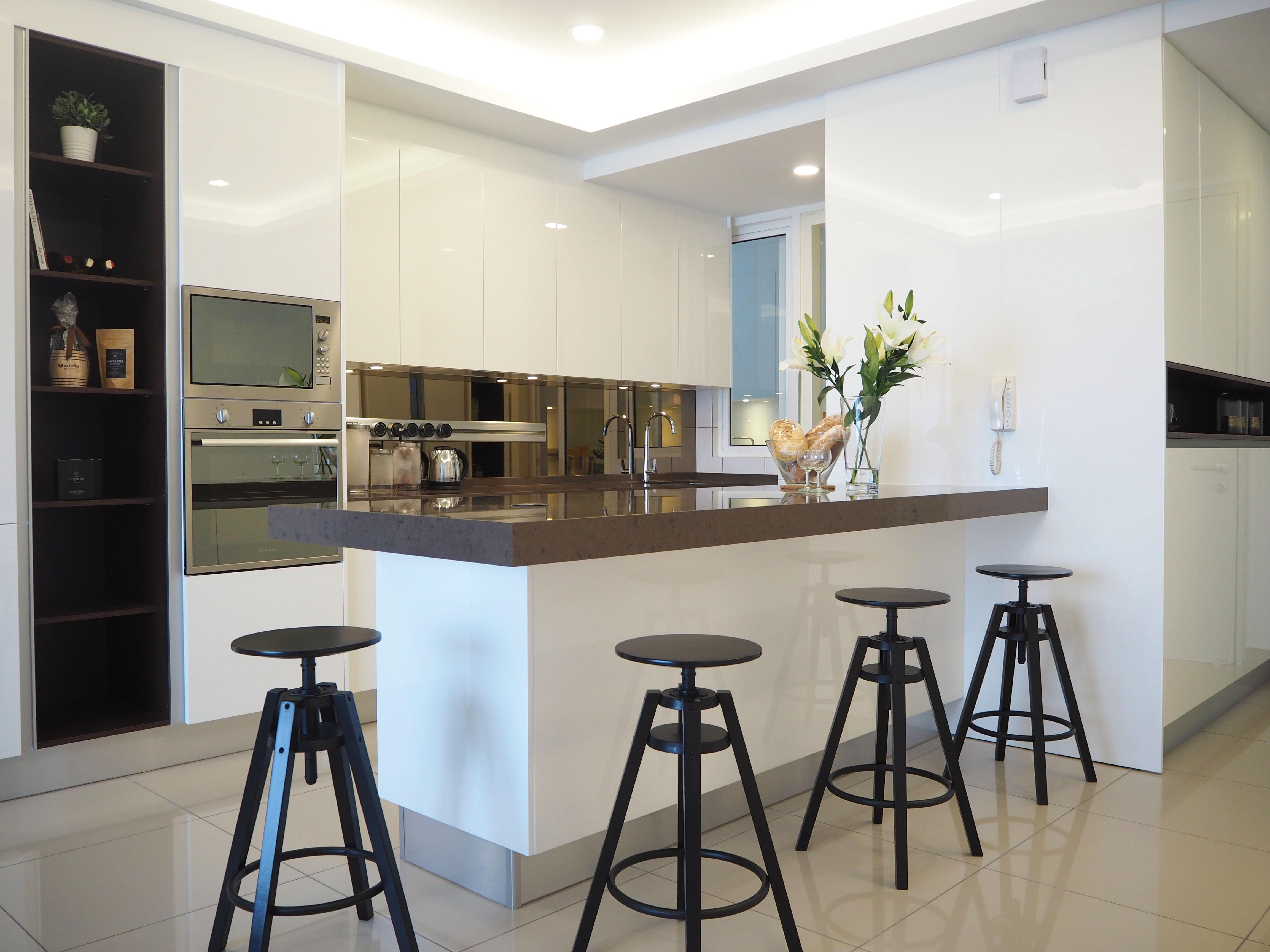 Sleek high gloss kitchen 2