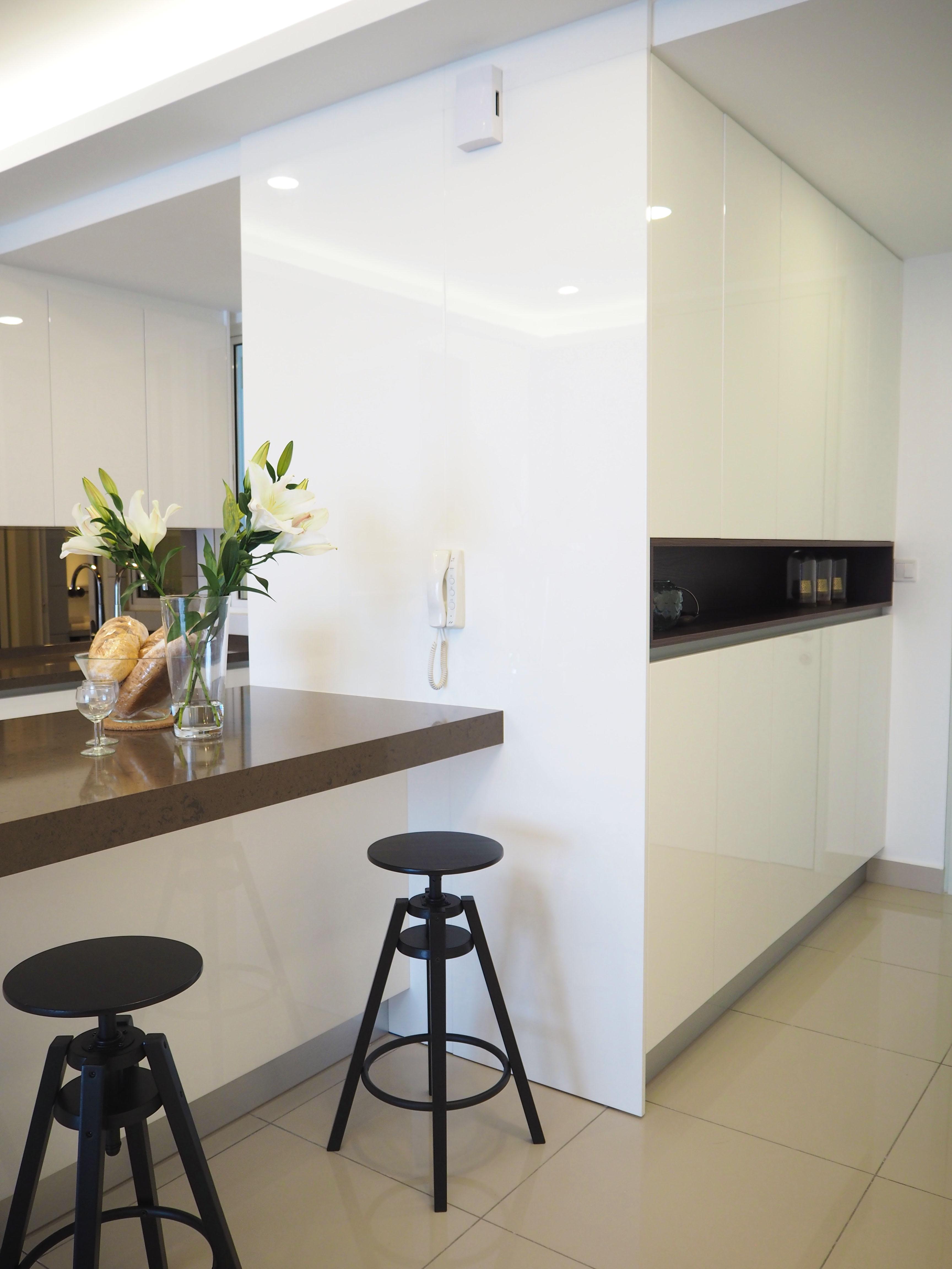 Sleek high gloss kitchen 5