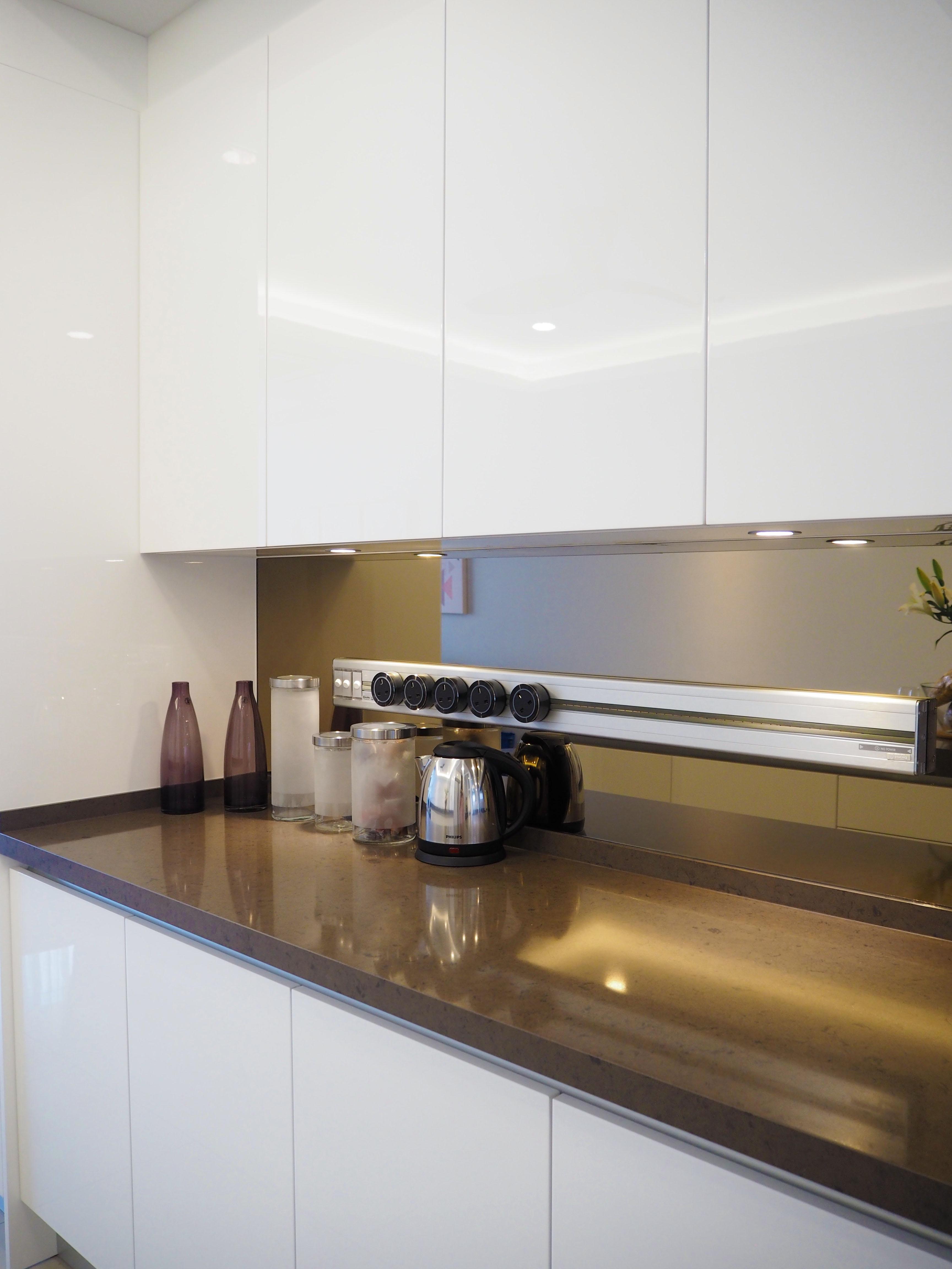 Sleek high gloss kitchen 7